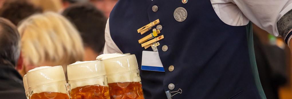 Kellner mit Bierkrügen auf dem Oktoberfest